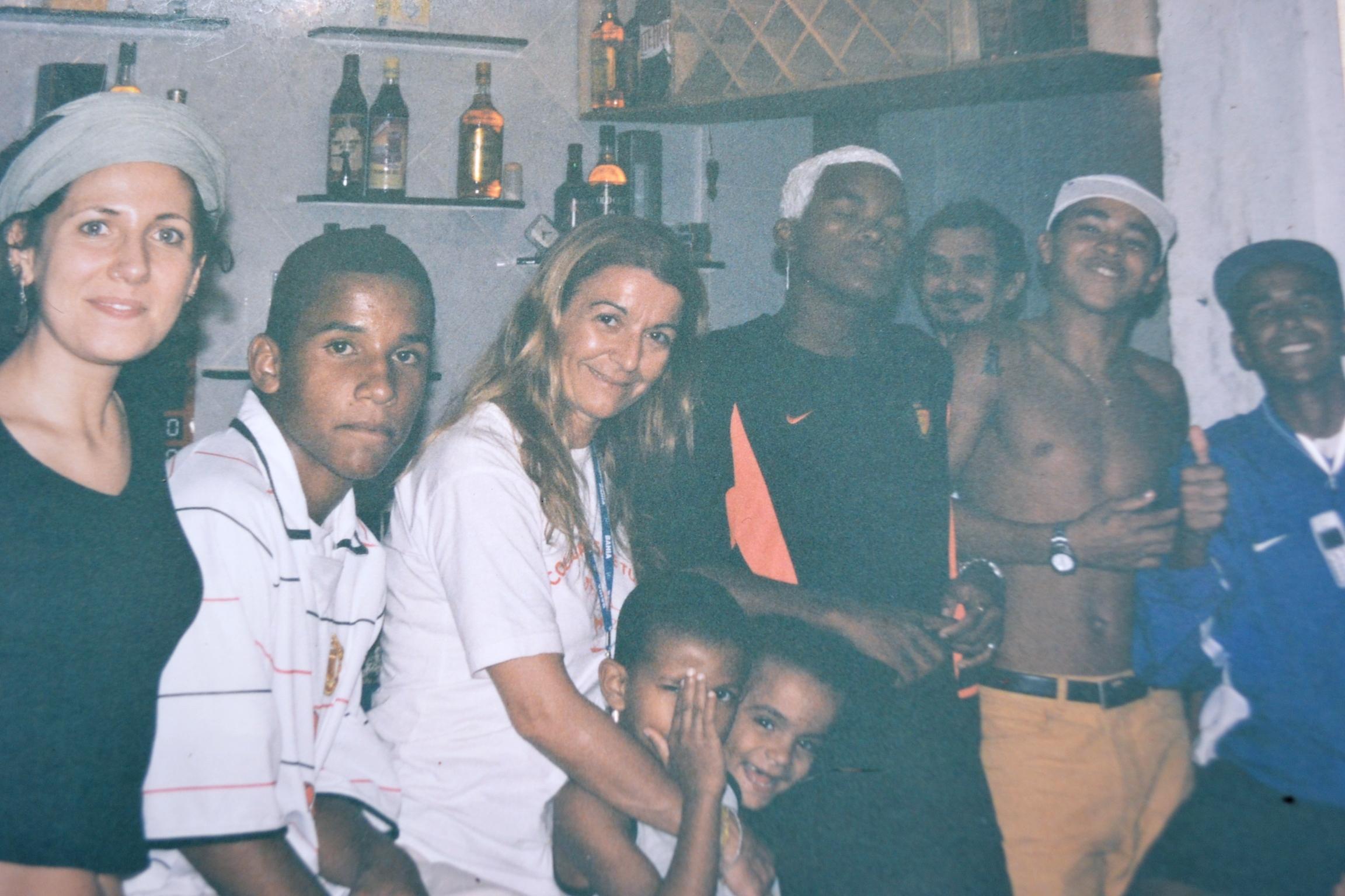 Nella foto Barbara Olivi con Barbara Pascali e alcuni giovani di Rocinha, novembre 2004